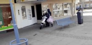 Overvallers gaan er met buit vandoor op een scooter.