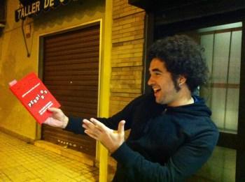 El gran cantaor malagueño Ismael Tamayo con su ejemplar de PERDIDOS