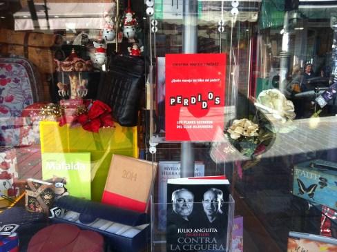 Lectores de Perdidos Libreria Central_Chipiona escaparate (Perdidos Club Bilderberg)