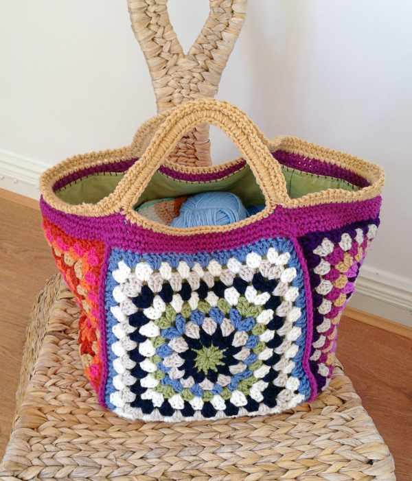 Granny Square Bag Pattern Free : This bag or tote is made using oversized Granny squares. It is perfect ...