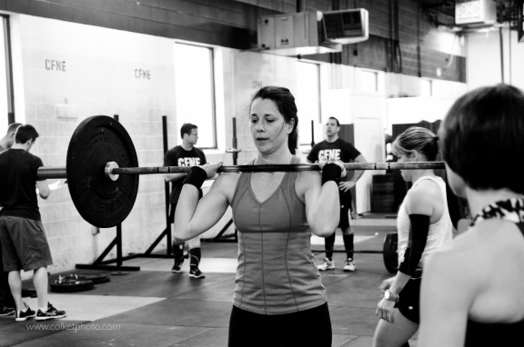 Wendy doing a great job keeping the barbell on her shoulders. Whether you're going to perform a strict press, push press, push jerk, or split jerk the barbell should be resting on your shoulders. Nice work Wendy!