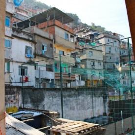 Favela Cantagalo. Maria wohnt ganz oben, an der Spitze.