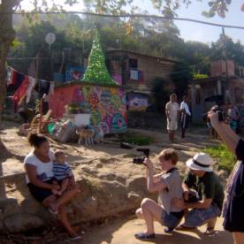 Die beiden zeigen uns ihr Zuhause. Hier wohnen sie mit 20 weiteren Familienmitgliedern und einem Weihnachtsbaum aus Plastik.