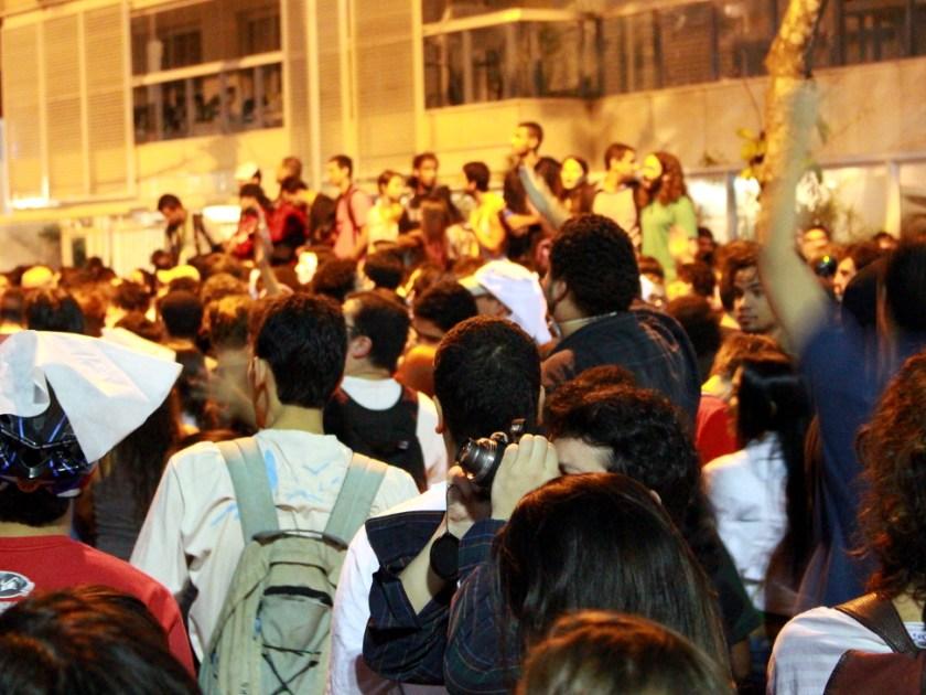Demonstranten vor dem Haus des Gouverneurs Cabral.