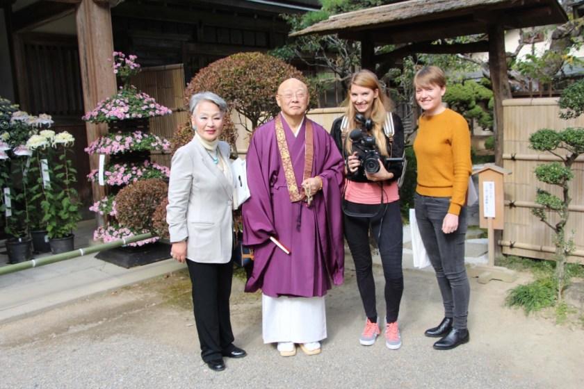 Gruppenbild mit Mönch
