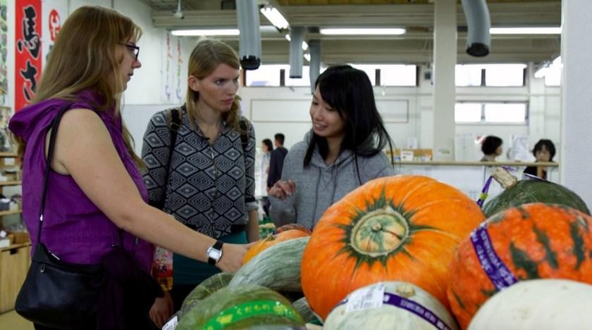 Isabel und Mami zeigen uns im Supermarkt Gemüse aus der Präfektur Fukushima