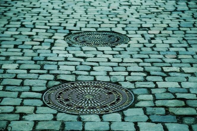 manhole-covers-293578_1920