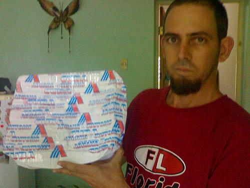 Las precintas del aduana en la parte posterior del paquete envíado por el hermano Luis Bernal Lumpuy