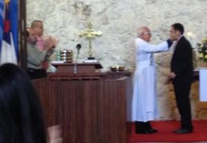 recibiendo la medalla ¨Príncipe de Paz¨ de manos del Rev. Lenier Gallardo