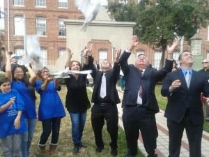 Enviando palomas mensajeras en el parque José Martí al final del evento convocado en Tampa por «United for Human Rights» por 67 Aniversario de la Declaración Universal de los Derechos Humanos