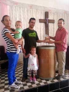 Entregando a una familia de la iglesia