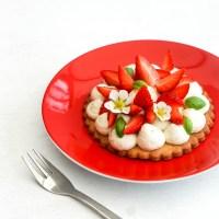 Tartelettes de fraises, chantilly au basilic et sablés au poivre long