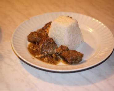 le ladorigani (porc au citron et origan) servi accompagné de riz blanc