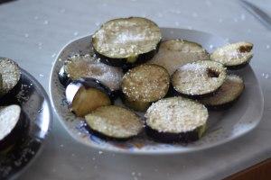 aubergines-recouvertes-de-gros-sel