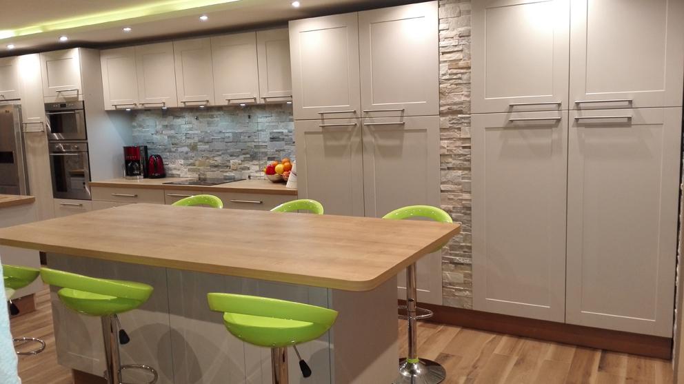 Harmonie r ussie en cuisine cuisines et bains for Cuisine pan de mur