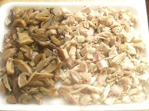 2. Se toaca carnea de pui si ciupercile.