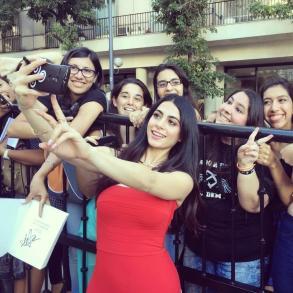 Emeraude sacándose fotos con las fans