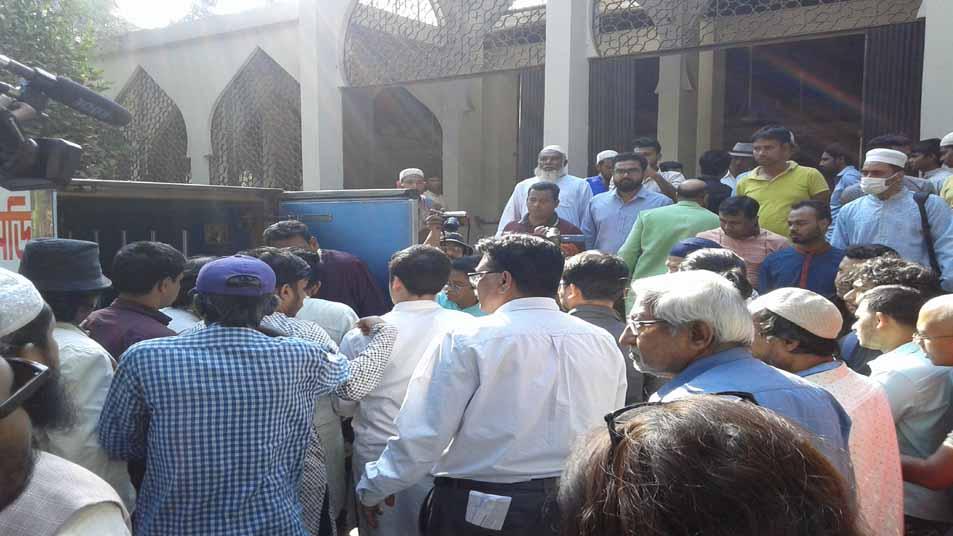 ঢাকা বিশ্ববিদ্যালয়ের কেন্দ্রীয় জামে মসজিদে জানাযা শেষে গাড়িতে তোলা হচ্ছে সিনেমাটোগ্রাফার আনোয়ার হোসেনের লাশ