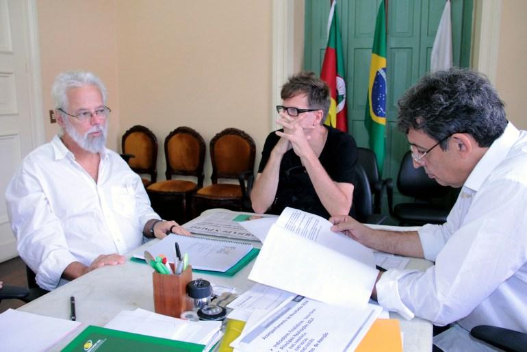 Melo (D) recebeu o coordenador geral do FestFoto, Carlos Carvalho (E)