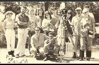 filmagens do curta Ilha das Flores, em 1989. O segundo, da esquerda para a direita, é Jorge Furtado, seguido de Luciana Tomasi, Giba Assis Brasil e Ana Luiza Azevedo. Nora Goulart está atrás da câmera.