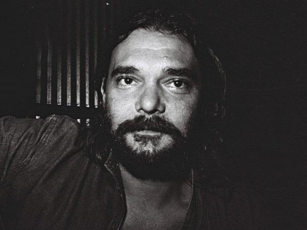 Luiz Sérgio Metz é natural de Santo Ângelo (RS). Foi escritor, jornalista e compositor. Jacaré, como era conhecido, morreu em 1996.