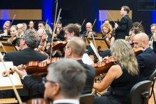 orquestra durante apresentação da sala de ensaio