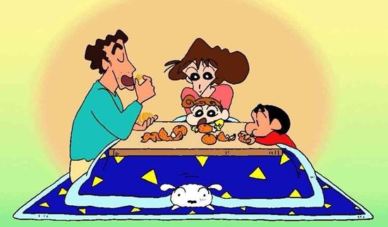 家族でミカンを食べるクレヨンしんちゃん
