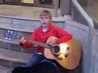 Justin Bieber cantando en la calle