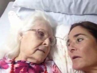 Una Madre con Alzheimer Reconoce a Su Hija Durante Unos Instantes
