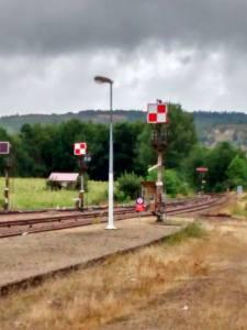2 signaux mécaniques en sortie de la gare de Cravant-Bazarnes