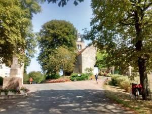 Le petit village de Montambert et son église équipée d'un robinet fort utile pour faire le plein par cette chaleur (on vous conseille les cimetières pour ça aussi...)