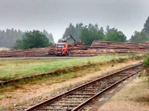 Un camion grumier derrière la gare de Sembadel, la fermeture des dessertes ferroviaires par le SNCF profite au transporteurs routier et au premier d'entre-eux : la SNCF !