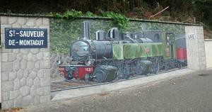 Une fresque face au collège qui a remplacé la gare (espérons que ce service public ne connaîtra pas le même destin...)