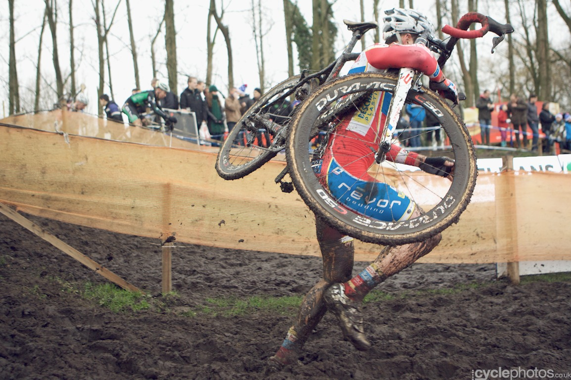 Vinnie Braet runs down a short descent in the third lap of the fifth round of the Bpost Bank Trofee Azencross in Loenhout.