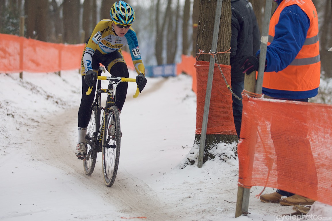 Nikki Harris rides the snowy World Cup course in Hoogerheide, Holland. Photo by Balint Hamvas / Cyclephotos.co.uk