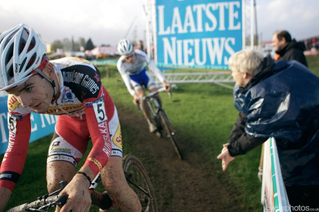 Mike Teunissen (back) chases Gianni Vermersch (front) in the last lap of the U23 cyclocross Superprestige race in Ruddervorde.
