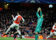Arsenal victory keeps their Champions League hopes alive