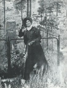 Martha Jane Canary (Calamity Jane) by Wild Bill Hickok's grave 1900