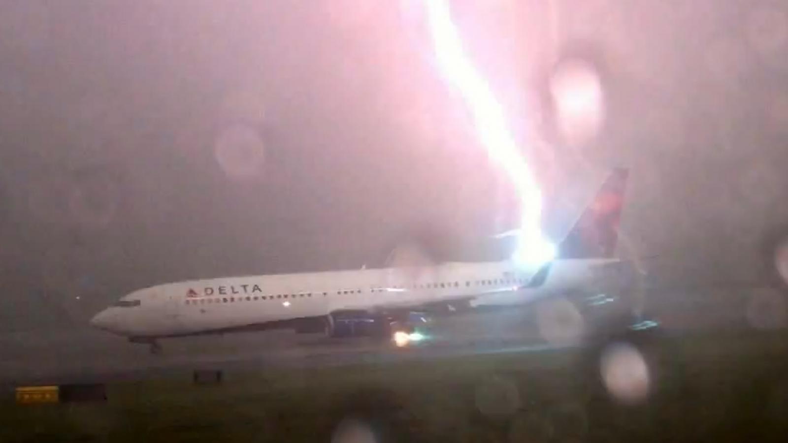 Aircraft Wallpaper Hd Lightning Strikes Delta Boeing 737 Plane At Atlanta
