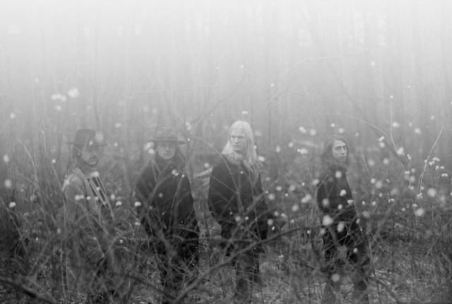 JA JA JA mit Tussilago: schwarz-weiß Aufnahme der Band in einem Blumenfeld