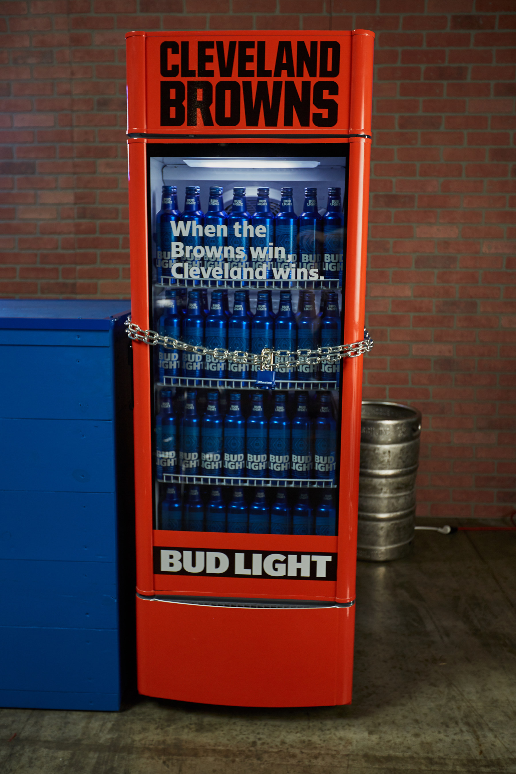 Fridge Light Anheuser Busch 39s 39victory Fridge 39 Will Dispense Free Bud