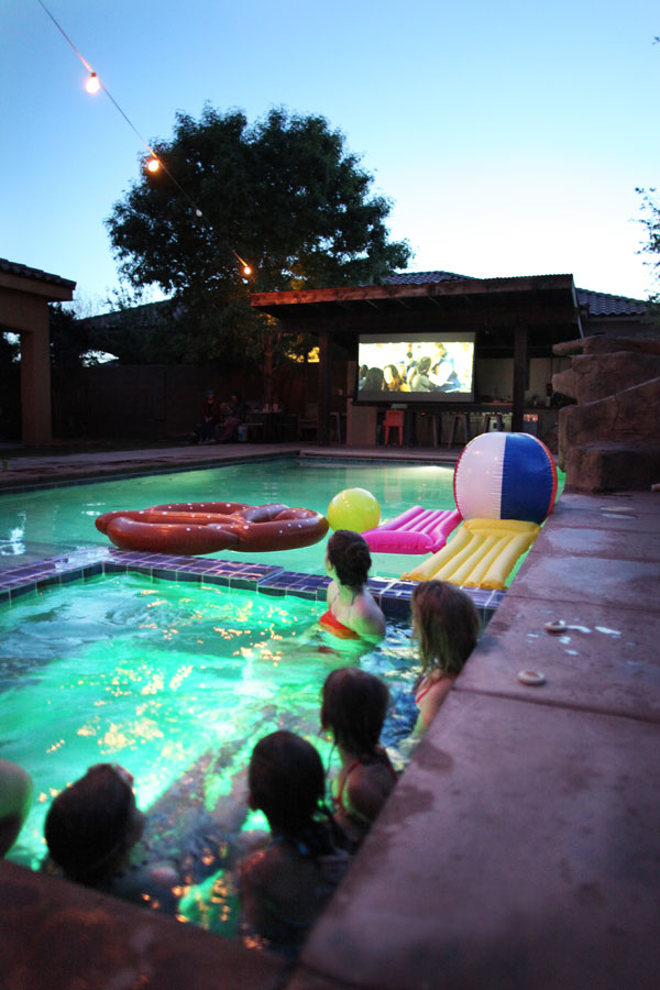 Lounge Ecke Garten Pool Party Movie Night