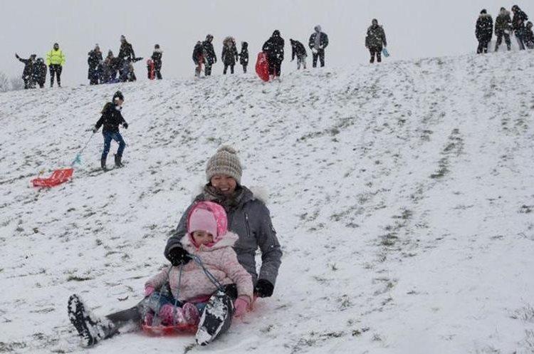 También hay quienes decidieron aprovechar la nieve para divertirse un poco. GETTY IMAGES