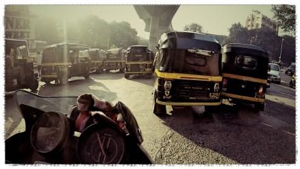 tuk tuk mumbai, mumbai traffic, cracy mumbai traffic, motorcycle in mumbai, suicidal traffic india, motorcycle through India, dagsvstheworld