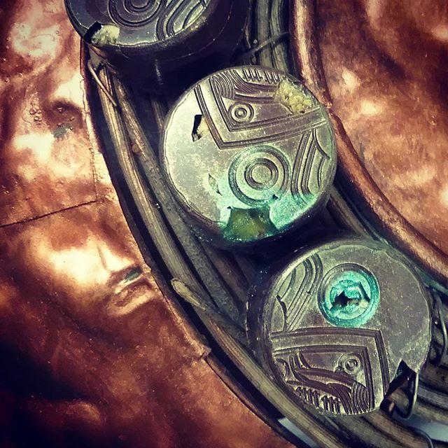LOST CITIES - dried figs on pistachio & lemon praliné cast in Macoris Hispaniola dark chocolate.#bonbon #figs #pistachio #praliné #lemon #hispaniola #darkchocolate #amanochocolate #chocolatier #chocolateasart