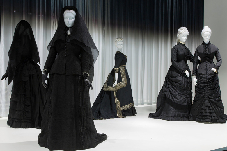 Death-Becomes-Her-Met-Museum-Gallery-View-2