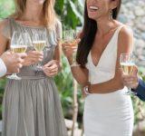 夏に行われる結婚式に参列する服装どこまでOK?ノースリーブ、ショーパンはあり?