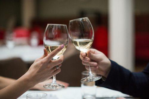 彼氏がいるときに、男性から食事に誘われたら行く?行かない?僅差で多かったのは…えぇ、そっち!?