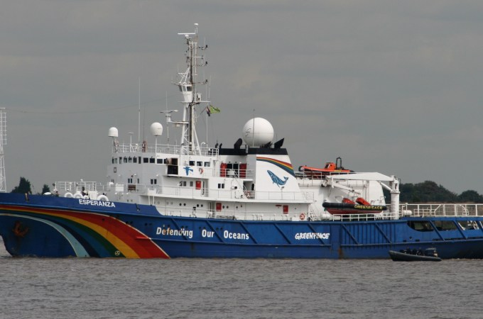 Greenpeace_ship_-Esperanza-_off_Gravesend