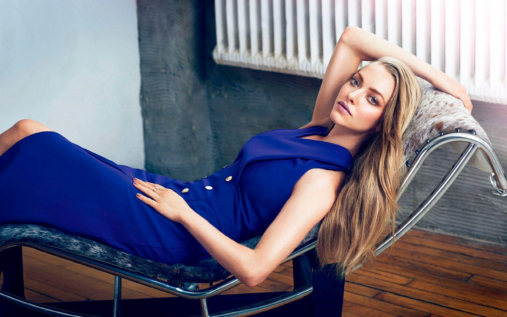Microsoft Animated Wallpaper Hd Amanda Seyfried In A Blue Dress Lying On The Chair